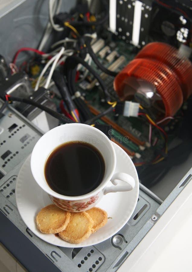 Chávena De Café E Um Computador Desmontado Imagens de Stock