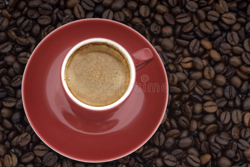 Chávena de café em feijões imagens de stock