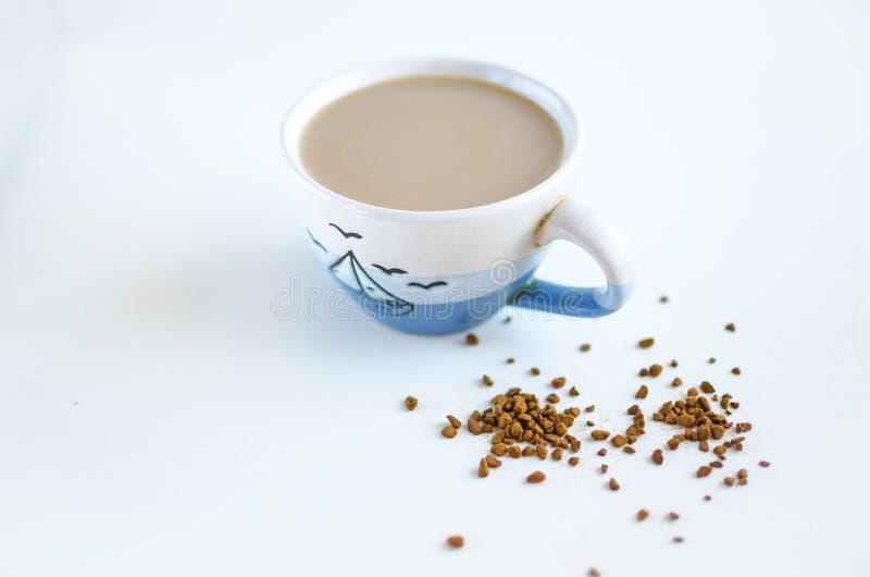 Chávena de café em um fundo branco fotos de stock royalty free