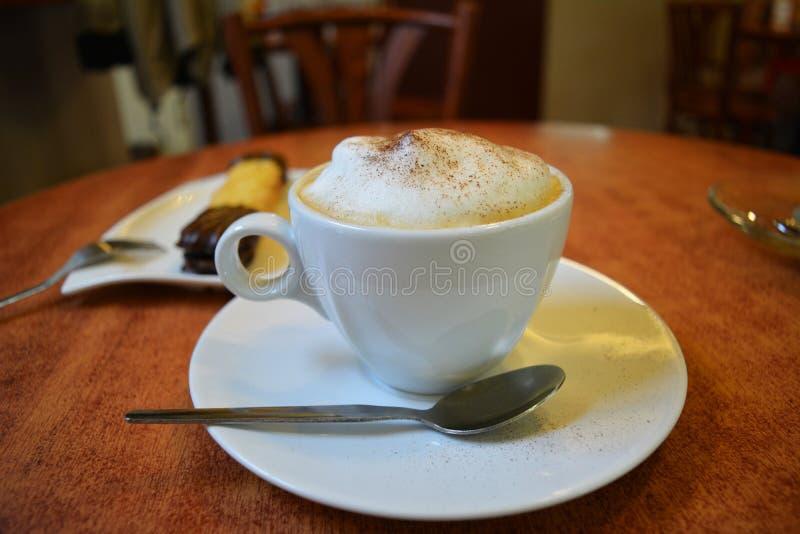 Chávena de café em uma tabela de madeira imagens de stock royalty free