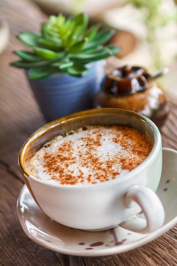 Chávena de café em uma tabela de madeira imagem de stock