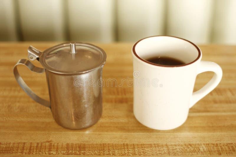 Chávena de café no comensal fotos de stock