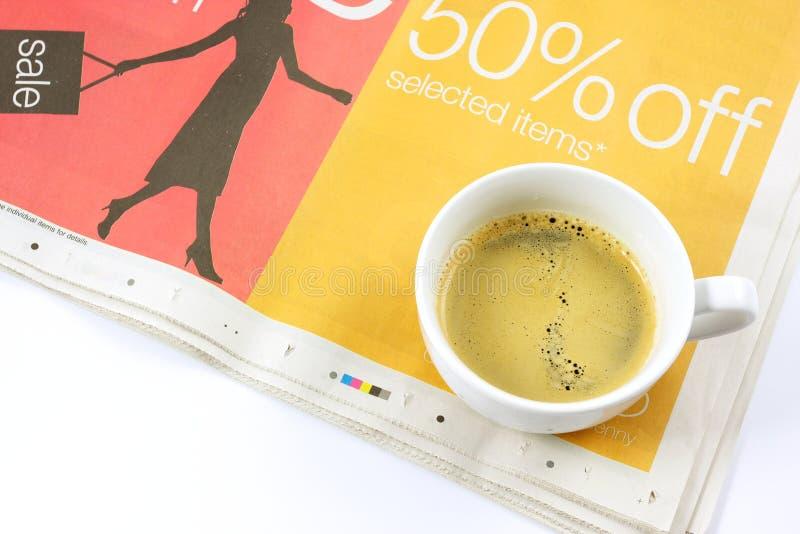 Chávena de café no jornal imagens de stock