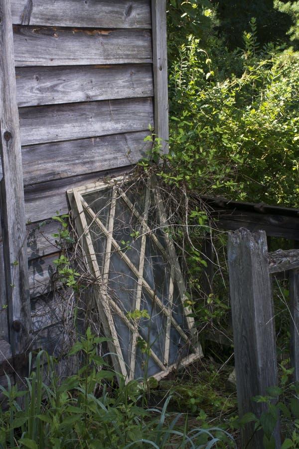 Châssis de fenêtre contre le vieux bâtiment en bois photo stock