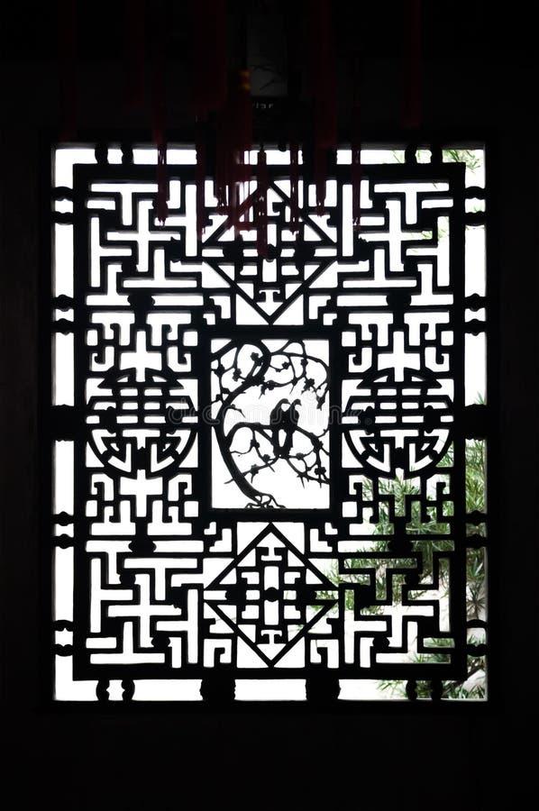 Châssis de fenêtre en bois fleuri au jardin de Yuyuan, Changhaï photo libre de droits