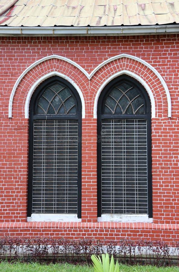Châssis de fenêtre et brique rouge de l'extérieur de l'église principale à la cathédrale de la trinité sainte images libres de droits