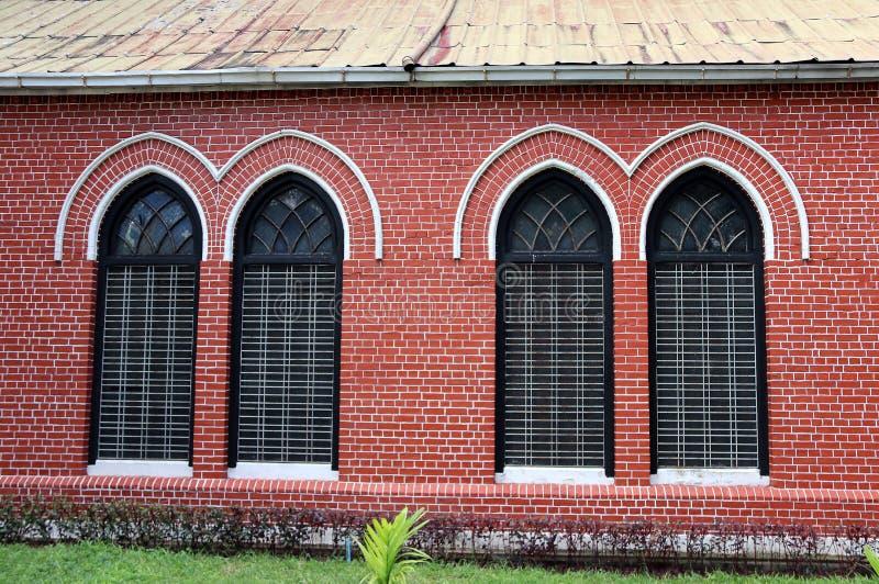 Châssis de fenêtre et brique rouge de l'extérieur de l'église principale à la cathédrale de la trinité sainte photo libre de droits