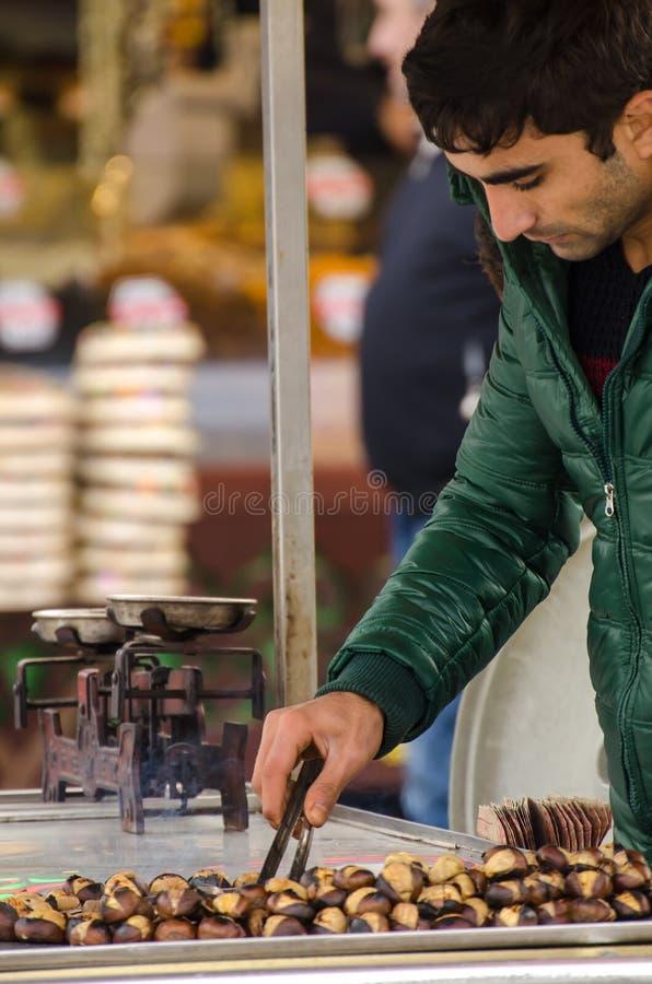 Châtaignes de torréfaction de marchand ambulant photo libre de droits