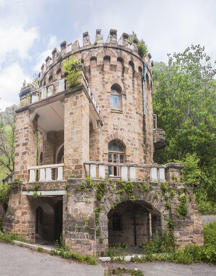 Château abandonné dans la vallée Narzanov Secteur skiy de ` de Zol, Karachay-Cherkessia, images stock