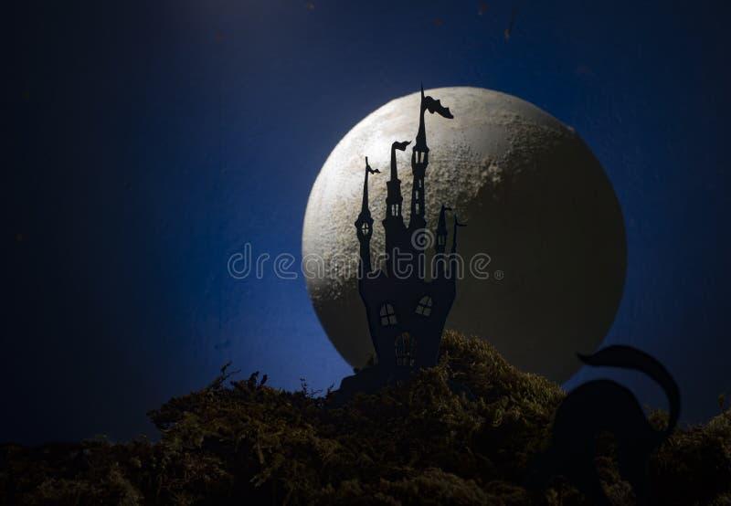 Château antique à l'arrière-plan de la lune, Halloween photographie stock