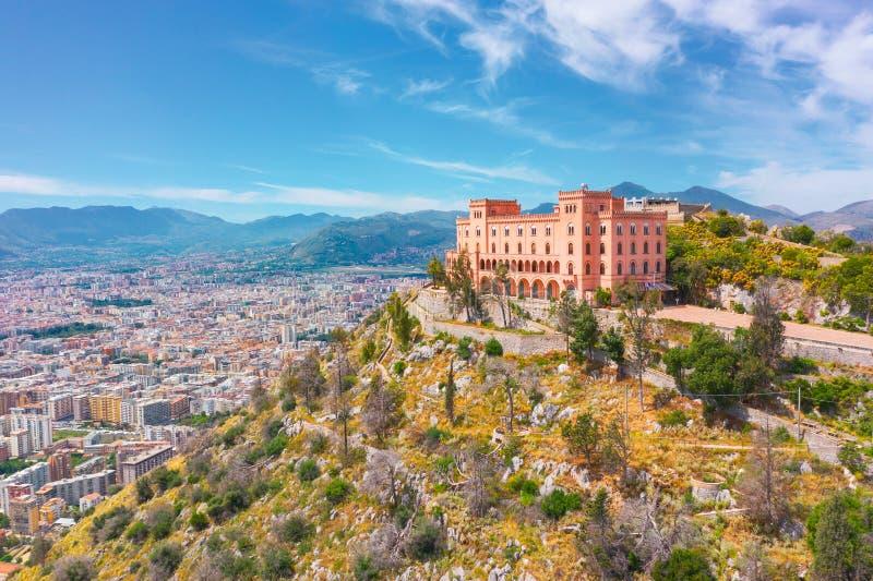 Château Cerisdi de vue aérienne construisant du côté de falaise d'une montagne de Palerme, Italie photo stock