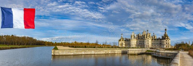 Château Chambord avec le drapeau photographie stock libre de droits