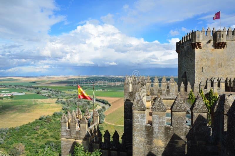 Château d'Almodovar au-dessus de la vallée verte photo libre de droits