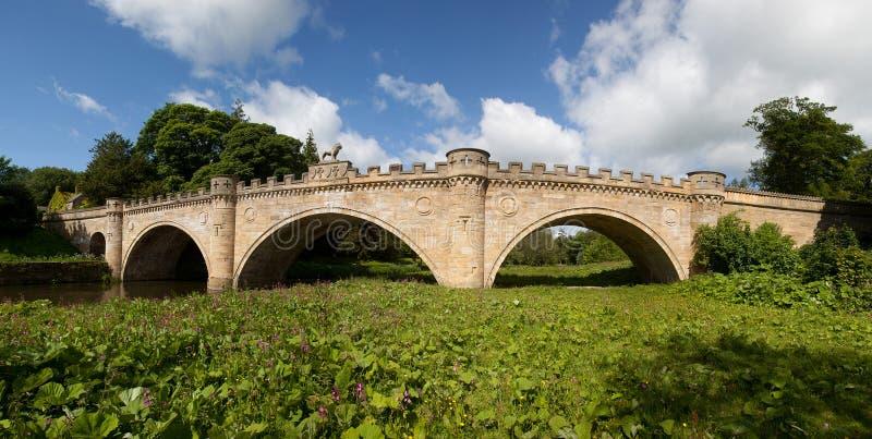 Château d'Alnwick et sa passerelle de lion photo stock