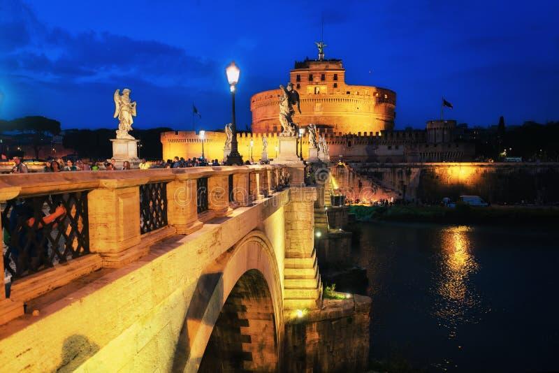 Château d'ange saint avec la soirée de Ponte Sant Angelo Bridge photos libres de droits