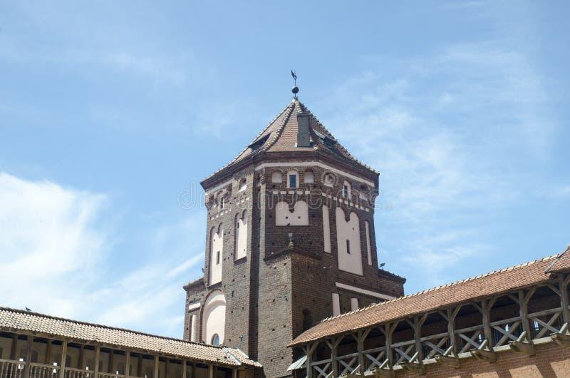 Château d'Anscient au-dessus de ciel bleu profond avec les nuages blancs photographie stock libre de droits