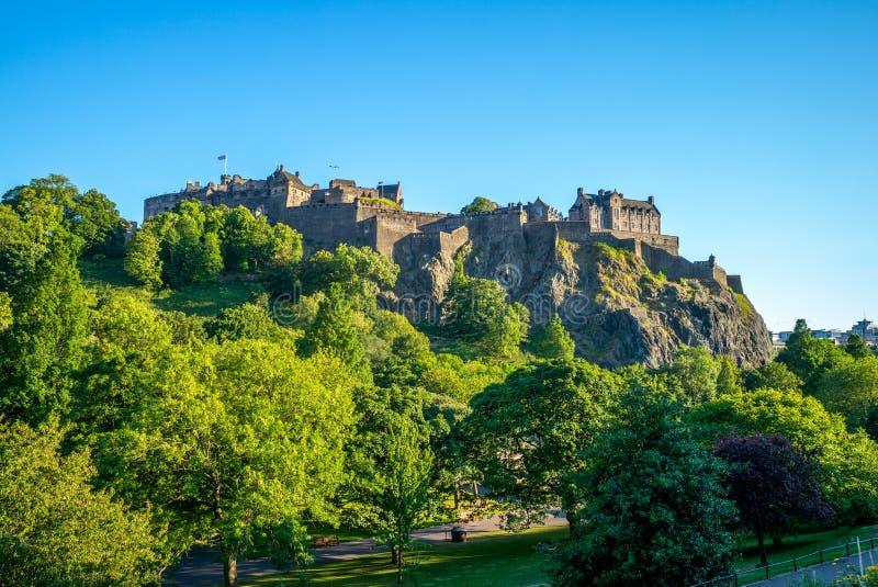 Château d'Edimbourg sous un ciel clair en Ecosse image stock