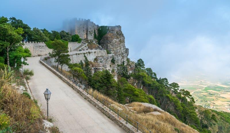 Château d'Erice dans le brouillard, province de Trapani, Sicile, Italie photographie stock