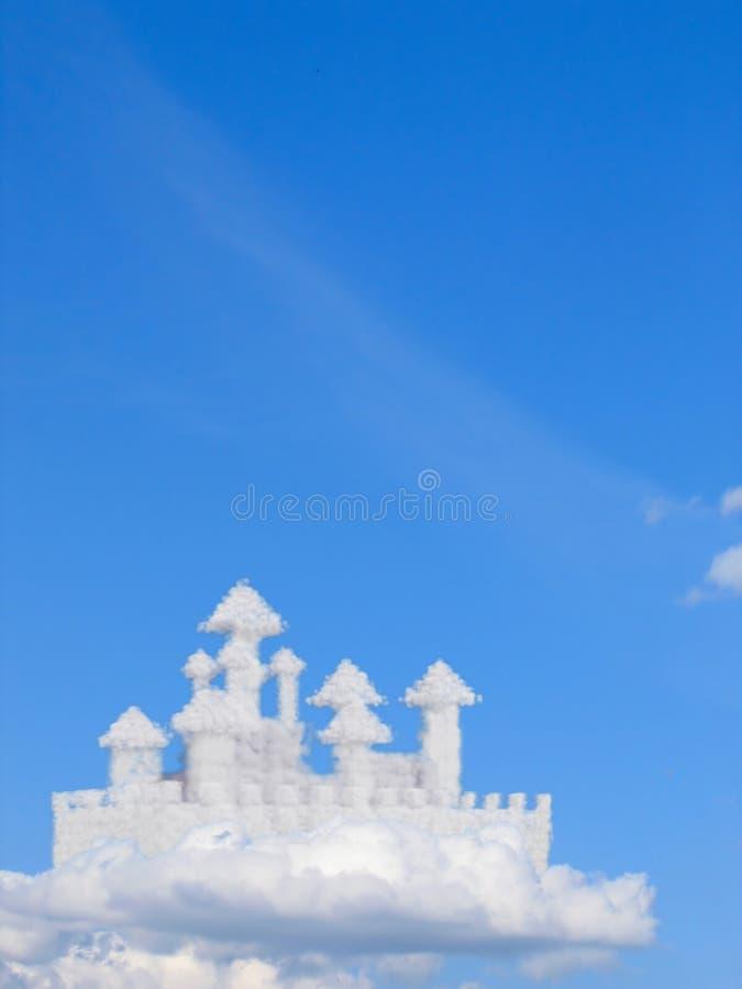 Château d'imagination en nuages photos stock