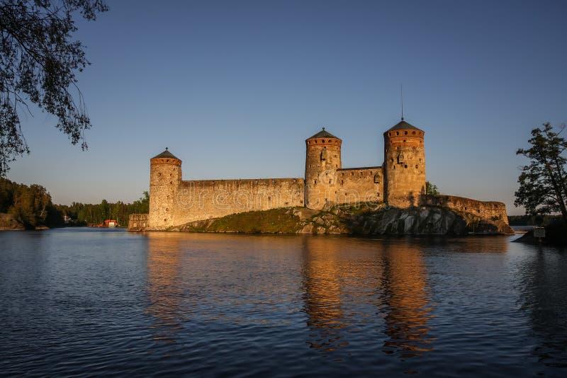 Château d'Olavinlinna, Savonlinna, Finlande, dans la lumière de soirée photos stock