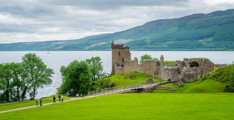 Château d'Urquhart sur Loch Ness dans les montagnes écossaises image libre de droits