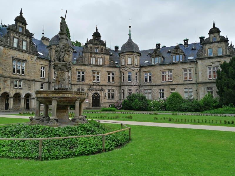 Château dans Buckeburg, Allemagne Paysage de matin d'été avec le ciel image stock