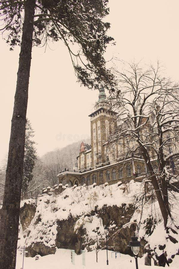 Château dans la forêt d'hiver dans Lillafured, Miskolc, Hongrie Forêt et roches de Milou autour de palais de luxe historique photos stock