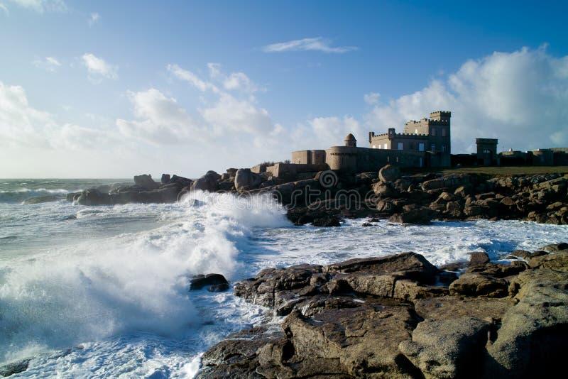Château dans la tempête dans brittany images stock