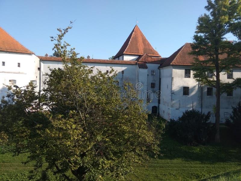 Château dans la ville de vacarme de ¾ de VaraÅ photo stock