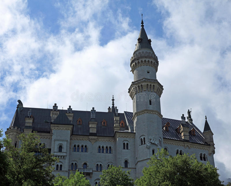 Download CHÂTEAU DE BAVARIAS NEUSCHWANSTEIN Photo stock - Image du nuages, attractions: 77152072