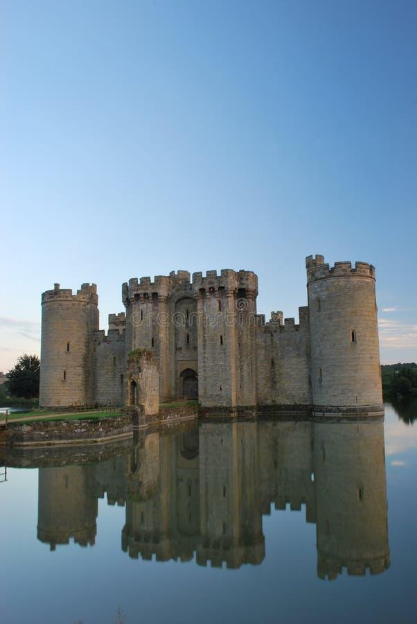 Château de Bodiam avec des réflexions de fossé photos stock