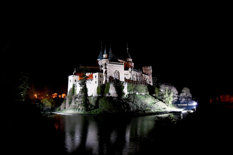 Château de Bojnice par nuit photos stock