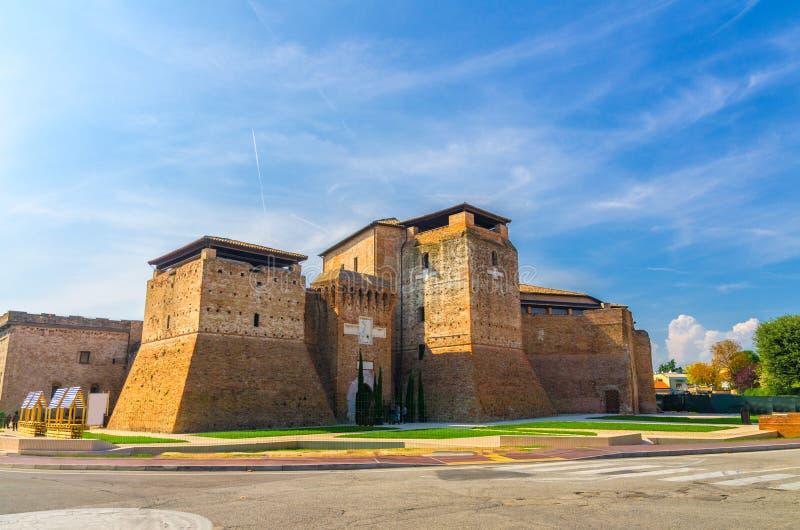 Ch?teau de brique de Castel Sismondo avec la tour sur la place de Piazza Malatesta au vieux centre de la ville touristique histor photos libres de droits