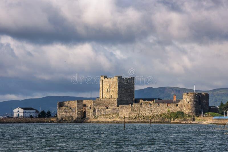 Château de Carrickfergus sur le rivage du lac de Belfast, comté Antrim, Irlande du Nord image libre de droits