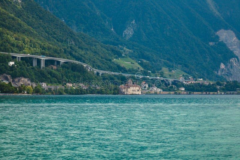 Château de Chillon la construction d'autoroutes sur les montagnes et les viaducs sur les rives du lac Léman, à Montreux Riviera,  images stock