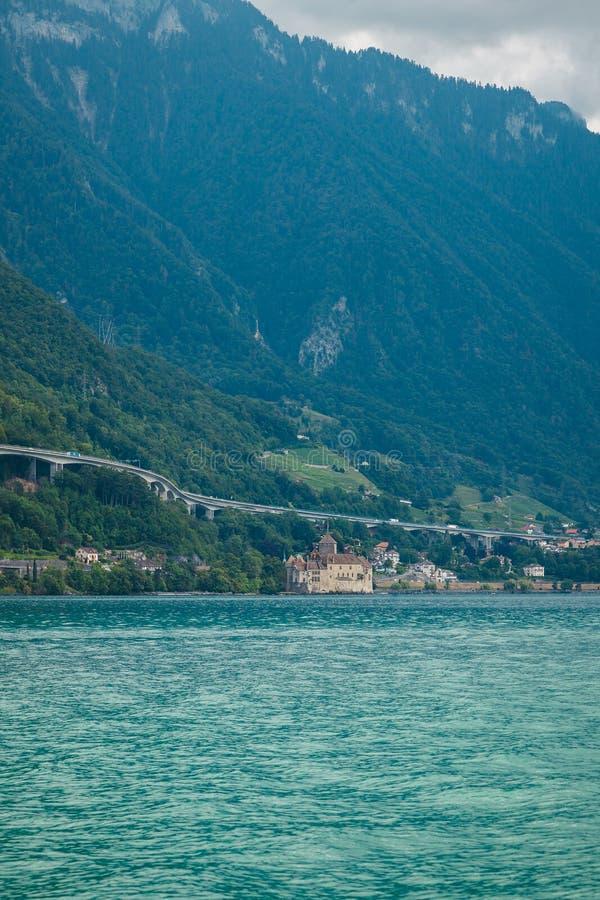 Château de Chillon la construction d'autoroutes sur les montagnes et les viaducs sur les rives du lac Léman, à Montreux Riviera,  photos stock