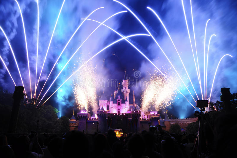 Château de Disney avec le feu d'artifice image stock