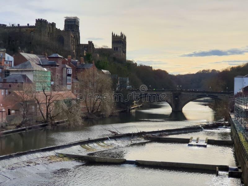 Château de Durham, cathédrale et pont de Framwellgate au-dessus d'usage de rivière, R-U photos stock