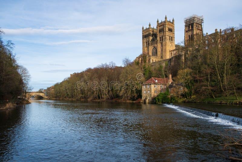 Château de Durham, cathédrale et pont de Framwellgate au-dessus d'usage de rivière, R-U photographie stock
