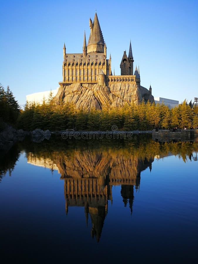 Château de Hogwart avec le miroir au lac et à la forêt de pin photographie stock