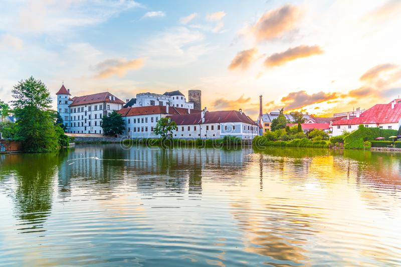 Château de Jindrichuv Hradec au temps de coucher du soleil Reflété dans le peu d'étang de Vajgar, Jindrichuv Hradec, République T images stock