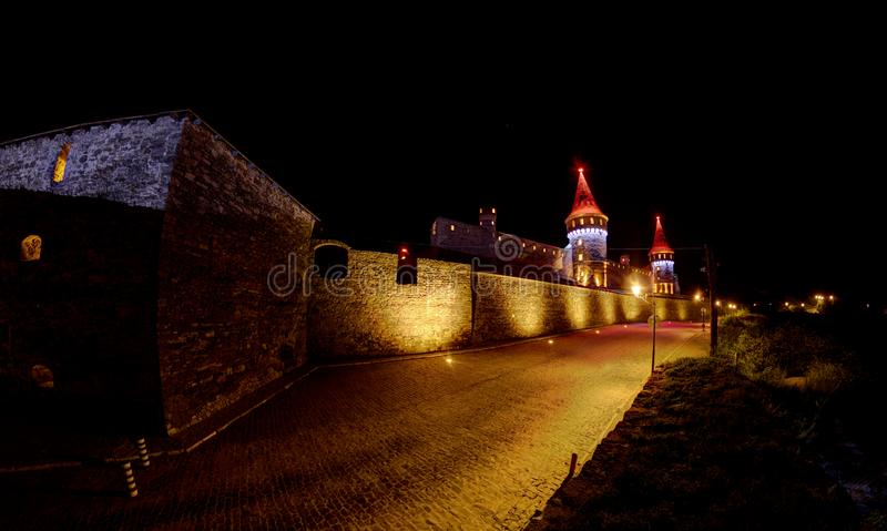 Château de Kamianets-Podilskyi illuminé photographie stock