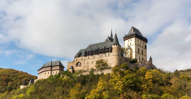 Château de Karlstejn dans les couleurs d'automne photographie stock libre de droits