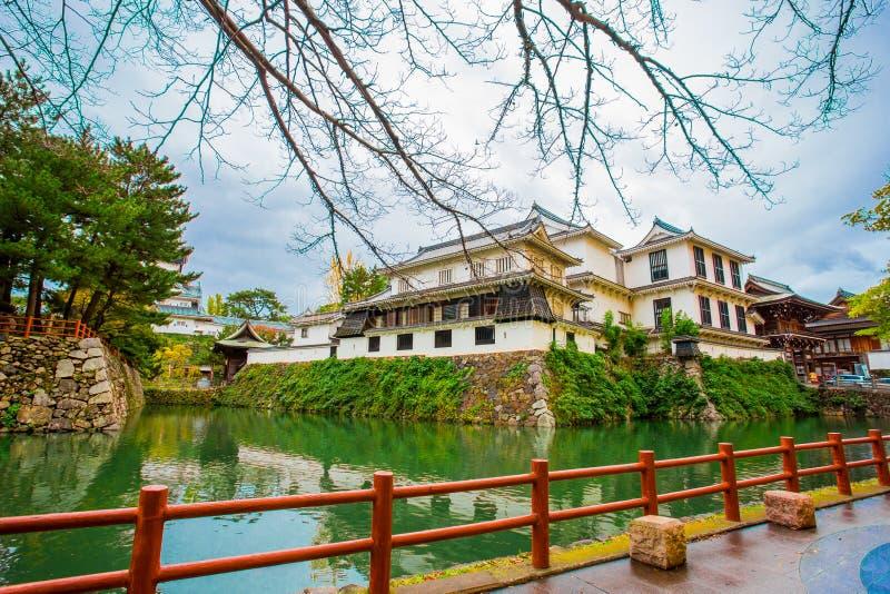 Château de Kokura-jo, château japonais en parc de Katsuyama, plein des feuilles rouges dans des feuilles d'automne chez Kitakyush image stock