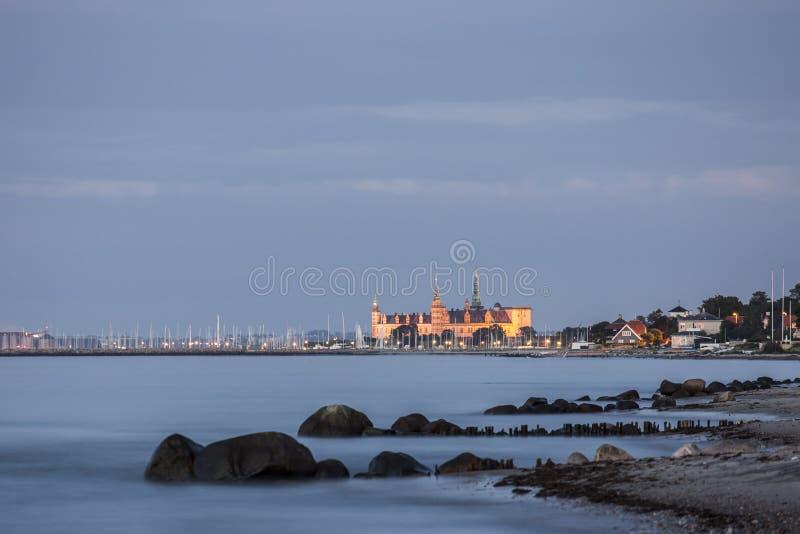 Château de Kronborg pendant l'heure bleue du crépuscule image stock