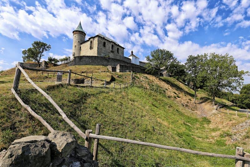 Château de Kuneticka-hora sur le dessus de colline photographie stock libre de droits