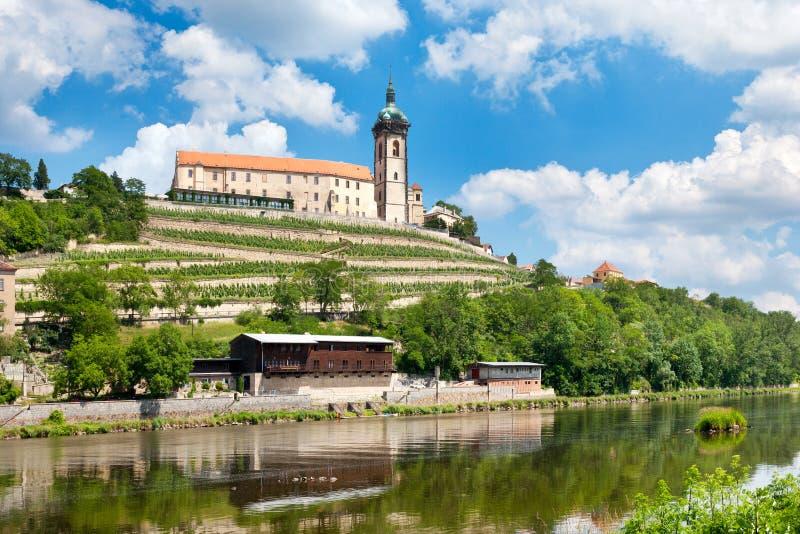 Château de la Renaissance et église de Sts Peter et Paul, rivière de Labe, Melnik, République Tchèque images libres de droits