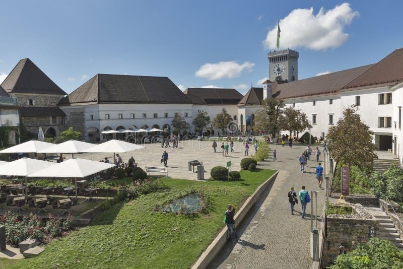 Château de Ljubliana de visite de touristes en Slovénie images libres de droits