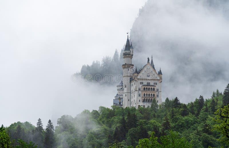 Château de Neuschwanstein avec le mystère et l'environnement brumeux, endroit célèbre et destination de voyage dans Fussen, Allem image stock
