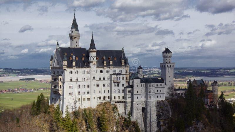 Château de Neuschwanstein avec le panorama de vallée de montagne photos libres de droits